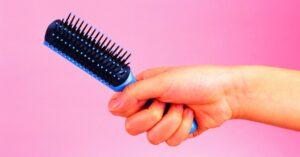 Cómo lavar y limpiar peines y cepillos para el pelo